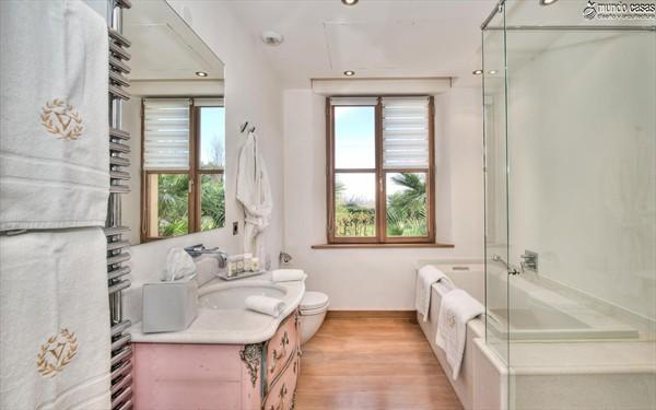 Moderniza tu privacidad con estas 27 ideas y diseños de decoración de baños (17)