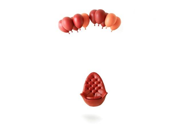 Silla flotante suspendida por globos (1)