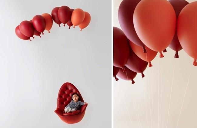 Silla flotante suspendida por globos (2)
