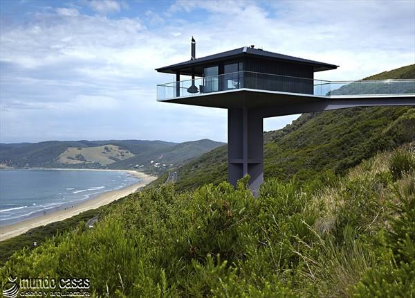 Diseño estratégico en casa moderna sostenida por un pilar (2)