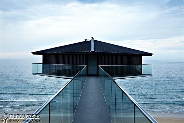 Diseño estratégico en casa moderna sostenida por un pilar (3)