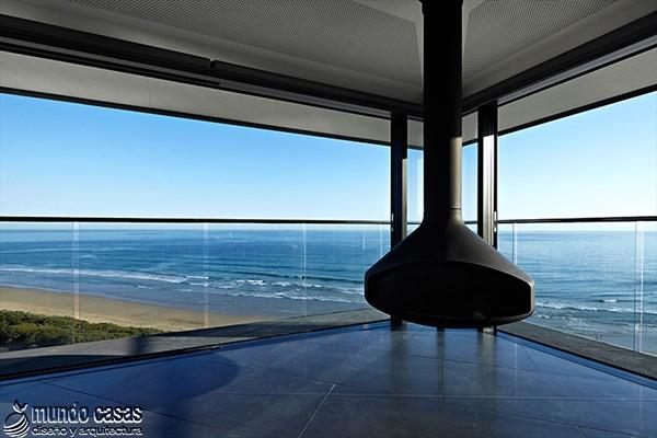 Diseño estratégico en casa moderna sostenida por un pilar (4)