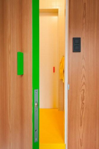 Apartamento de colores citricos con camas instaladas en la pared (11)