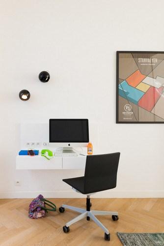 Apartamento de colores citricos con camas instaladas en la pared (16)