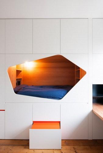 Apartamento de colores citricos con camas instaladas en la pared (4)