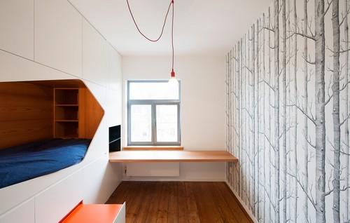 Apartamento de colores citricos con camas instaladas en la pared (6)