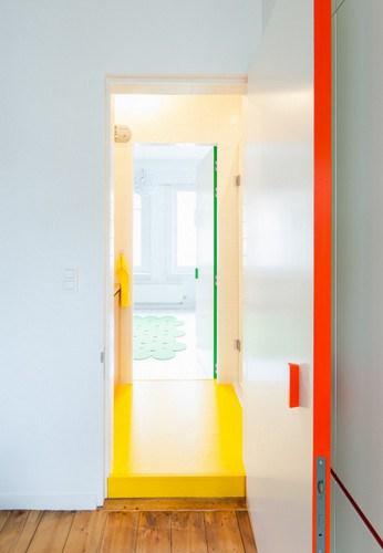 Apartamento de colores citricos con camas instaladas en la pared (8)