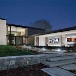 Casa moderna de granja con paredes de cristal
