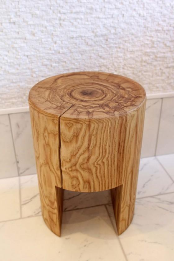 Un banco de madera rustico