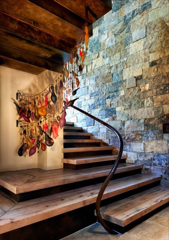 La pared de piedra y los escalones de madera son una combinación perfecta