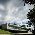 Días Brillantes: Residencia fabricada con hormigón y con una pared de cristal