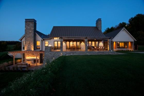 La iluminación de la casa en la noche