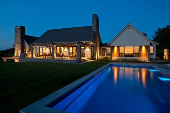 La iluminación de la casa y la piscina