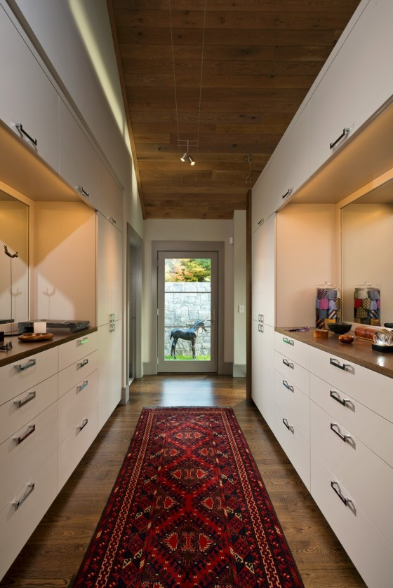 Un pasillo elegante y moderno con alfombra