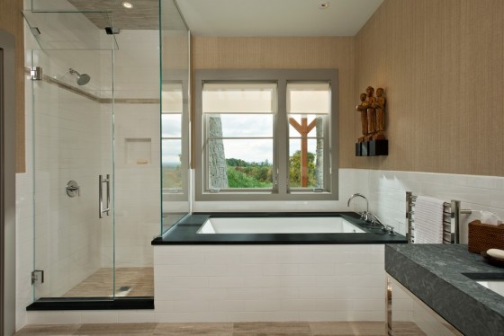 El diseño del baño es moderno y elegante, con una bañera para relajarse
