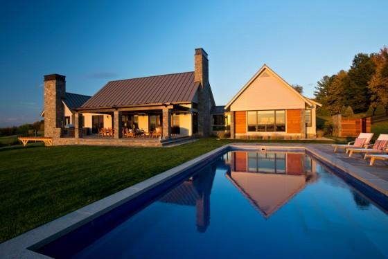 La llamativa piscina  junto con la casa