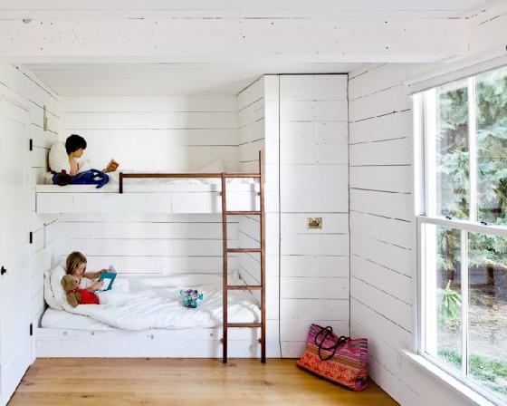 La recámara para los niños es natural y bien iluminada