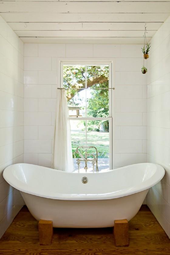 La bañera es moderna y bonita