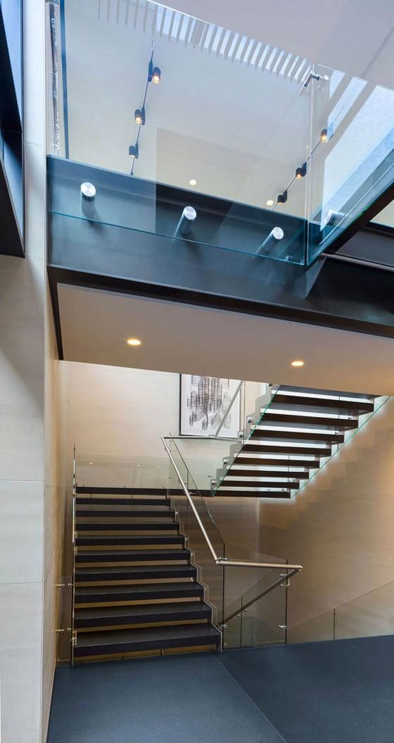 unas escaleras modernas