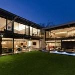 Casa moderna y sostenible en México con una protección para la privacidad