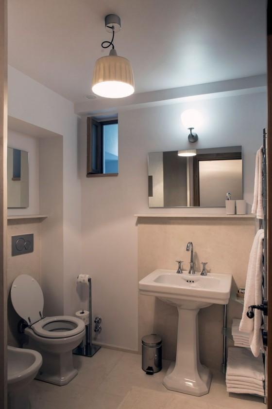 el diseño del baño es moderno