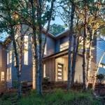 Espacios abiertos y ventanas grandes  de una residencia en Oregon