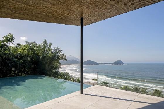 Una piscina y la playa