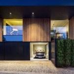 Una casa con un diseño para lucir un automóvil Mercedes en Bulgaria