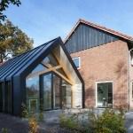 Contemporánea granja de losaños 50´s obtiene una actualización con un toque al estilo holandés