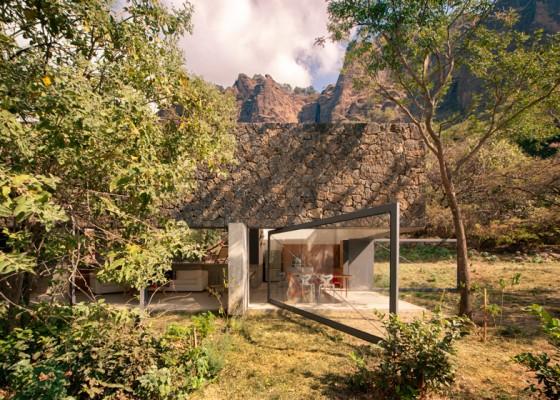 Residencia moderna con árboles