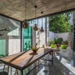 Moderna residencia de dos pisos estrecha con pared de vidrio en la ciudad de Yucatán México
